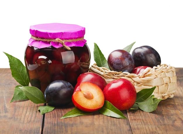 熟した新鮮で缶詰の梅