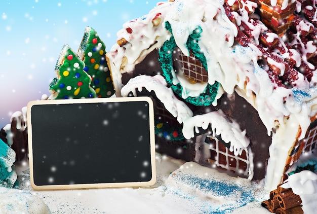 ジンジャーブレッドの家と休日のメリークリスマスのお菓子