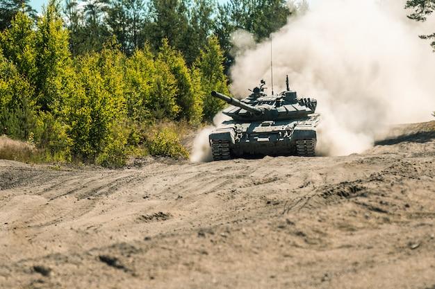 主力戦車は地面にほこりをしている