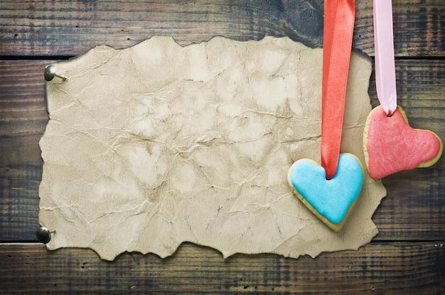 Валентина печенье и старая бумага с пространством для поздравлений