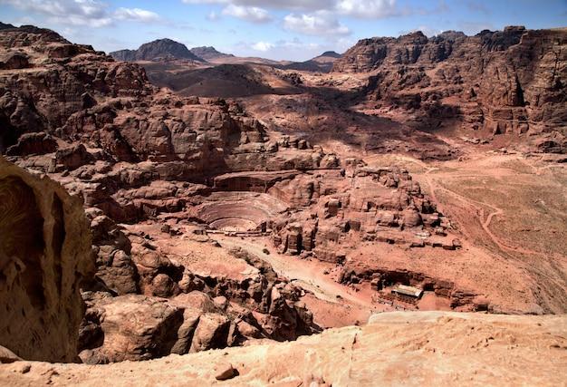 ヨルダンのペトラの壮大な眺め。円形劇場は岩と古代の岩の洞窟に切り込みました