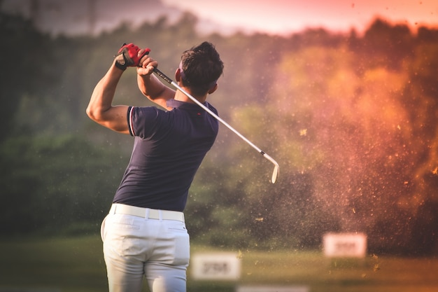 Человек играет в гольф