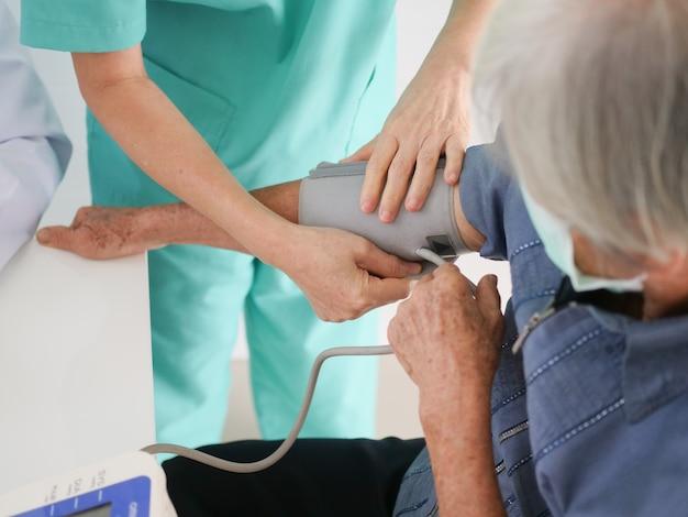 Пожилая женщина, встреча с врачом в больнице.