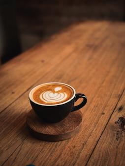 カフェの木の机の上のコーヒーカフェラテ