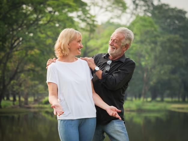 年配のカップルの退職の肖像画男女一緒に公園で幸せ