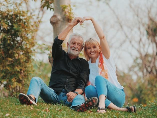 公園で年配のカップル
