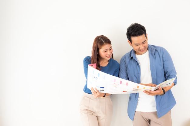 アジア人男性女性デザインと家を飾ることを考えて