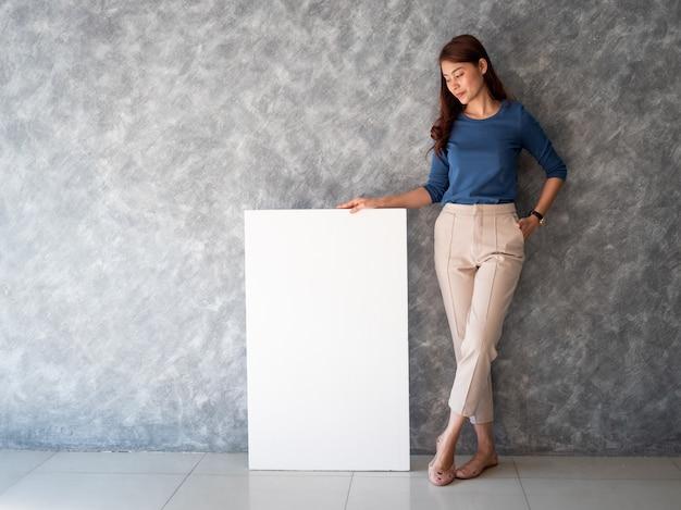 Азиатская женщина с белым знаменем копией пространства