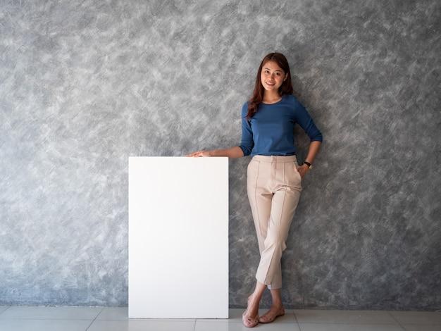 白い旗のコピースペースを持つアジアの女性