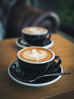 カフェでコーヒーエスプレッソラテアート