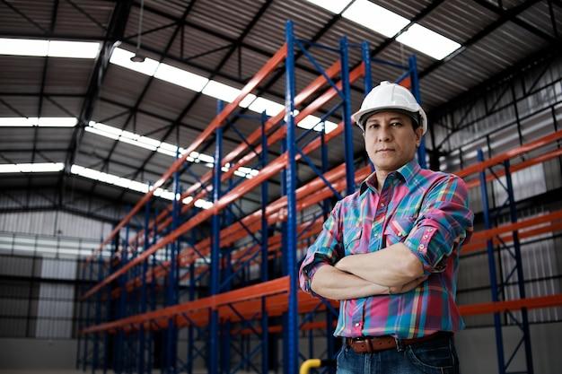 工場の建物で働くアジアエンジニア男