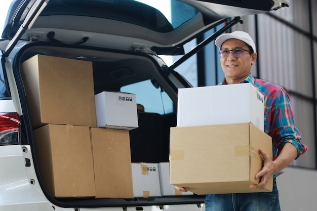 工場での顧客とタブレットの笑顔と良いサービス、ロジスティックショッピングオンライン概念の署名にアジア人配達良いボックス