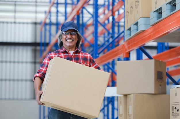 Азиатский человек доставляет хорошую коробку клиенту на фабрике и подписывает на планшете улыбку и хорошее обслуживание, концепция логистических покупок онлайн