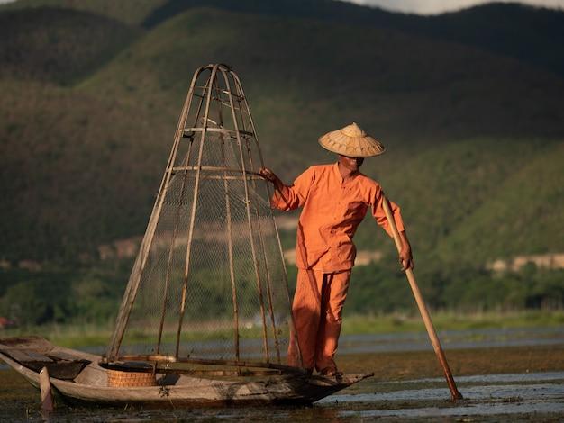 インレー湖での伝統的なビルマの漁師のライフスタイル