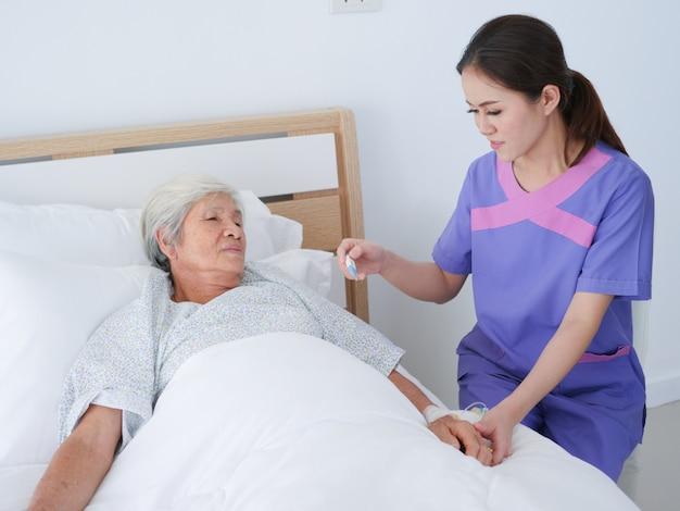 Пожилая женщина в больнице.