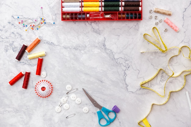 Красочные швейные и пошивочные инструменты и предметы на светлом фоне