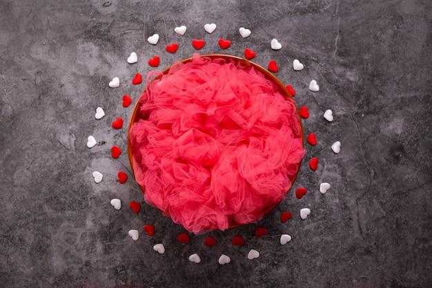 Цифровая фотография новорожденного на день святого валентина, красные и белые сердца и миску