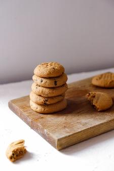 チョコレートチャンクとピーナッツバターのクッキーを積み上げ