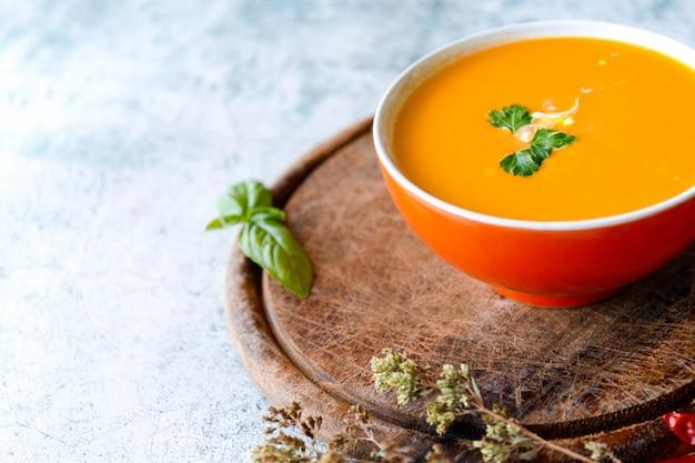 Тыквенный крем-суп на серой поверхности