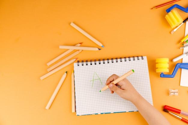 紙に描く小さな子供
