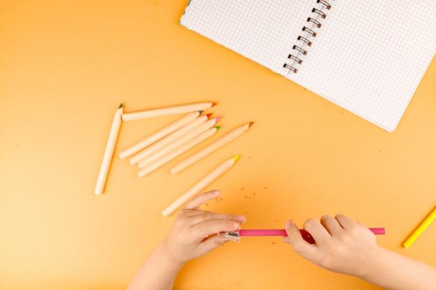 Мальчик использовать точилка для карандашей