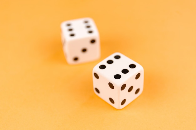 Две кубики на оранжевой поверхности