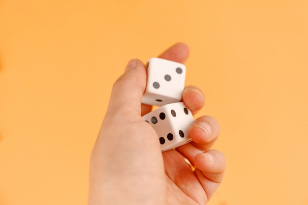 Две кубики на руке
