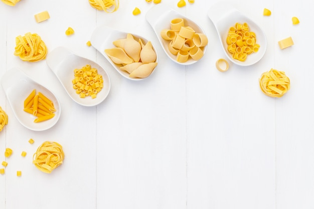 Здоровая пища фон с различными видами итальянской пасты