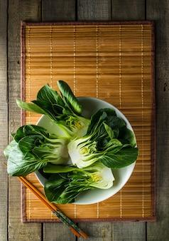 素朴な背景に竹ランチョンマットに赤ちゃん福菜