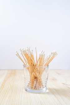 Бамбуковые ватные тампоны на деревянном столе