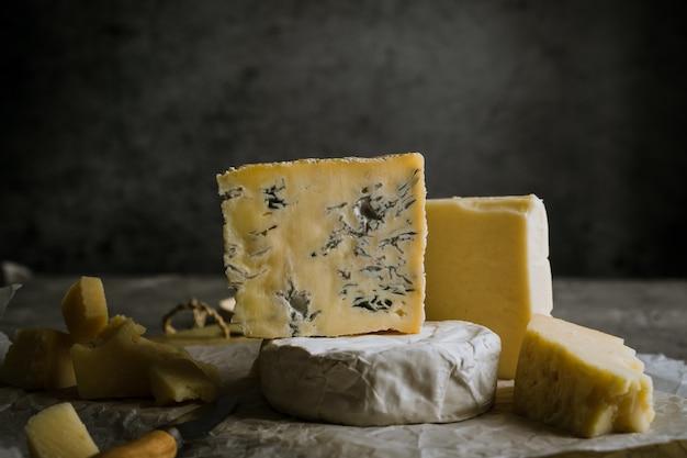さまざまな種類のソフトチーズとハードチーズ