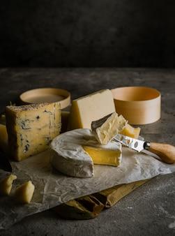 Разнообразный сыр, вино в бокалах и айва