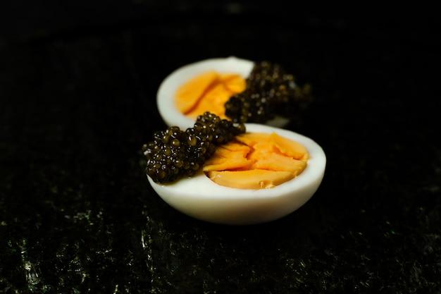 チョウザメキャビアの前菜、ゆで卵の半分、細切り海苔