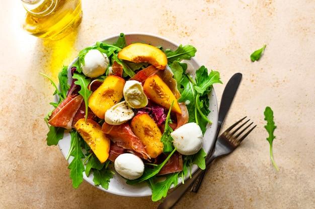Салат с персиками, пармской ветчиной и моцареллой