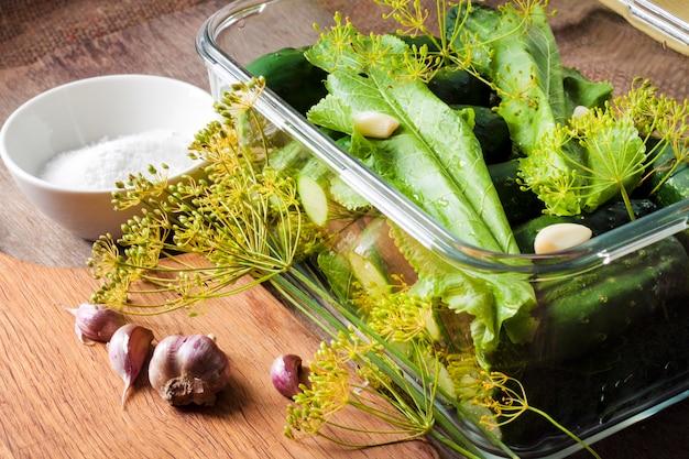漬物用に準備されたハーブとスパイスの新鮮なキュウリ