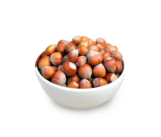 Лещинные орехи в миске, изолированные