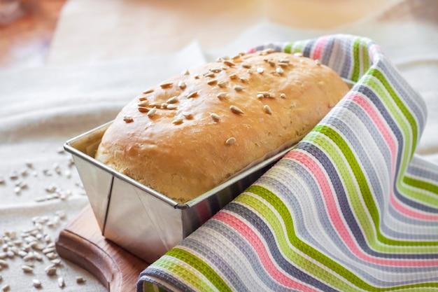 Белый дрожжевой хлеб с семечками