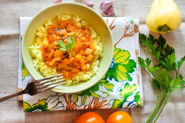 Рис пропаренный с тушеными овощами и куркумой