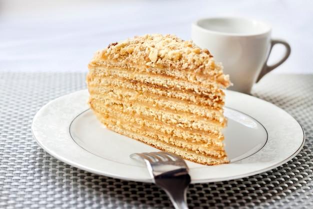 カスタードとクルミの皿の上の層ケーキ