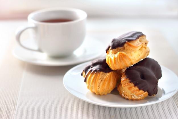 チョコレートコーティングのクリーム入りエクレア