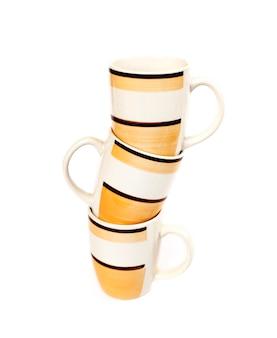 白い表面に分離されたマグカップのスタック