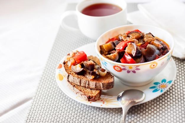 Овощное соте с баклажаном, красным перцем и помидорами