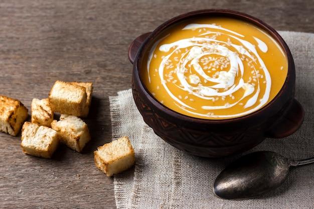 Тыквенный суп с кремом и кунжутом с гренками