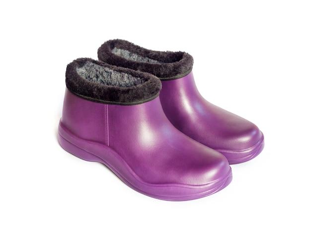 Фиолетовые резиновые галоши, изолированные на белой поверхности