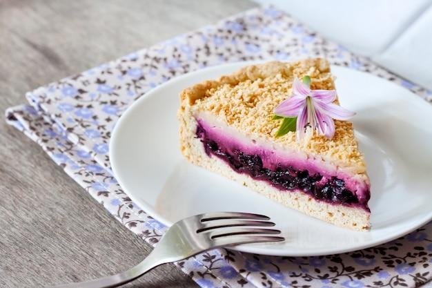 皿の上のブルーベリーケーキ