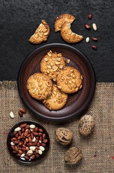 生ピーナッツと茶色のプレートに自家製ピーナッツクッキー