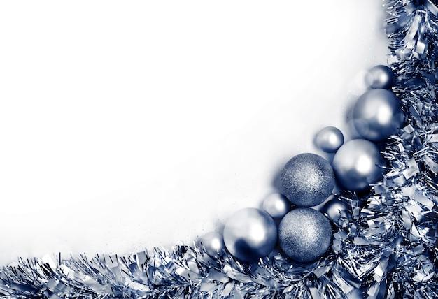Рождественская композиция с серебряными шариками. рождество, новый год концепция. плоская планировка, вид сверху, копия пространства