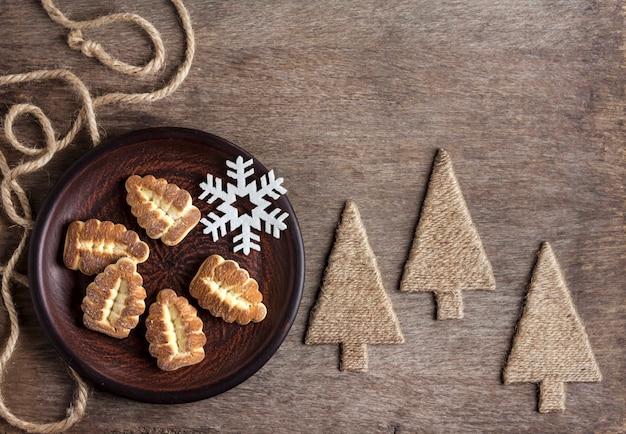 Зимняя деревенская композиция с песочным печеньем на тарелке