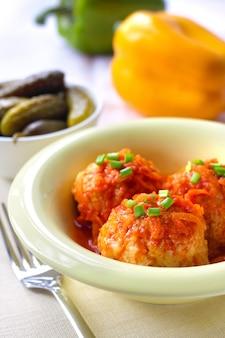 Фрикадельки с рисом и томатным соусом