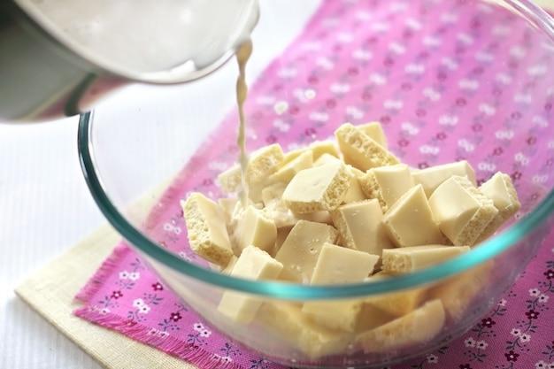 ホワイトチョコレートにホットクリームを注ぐ